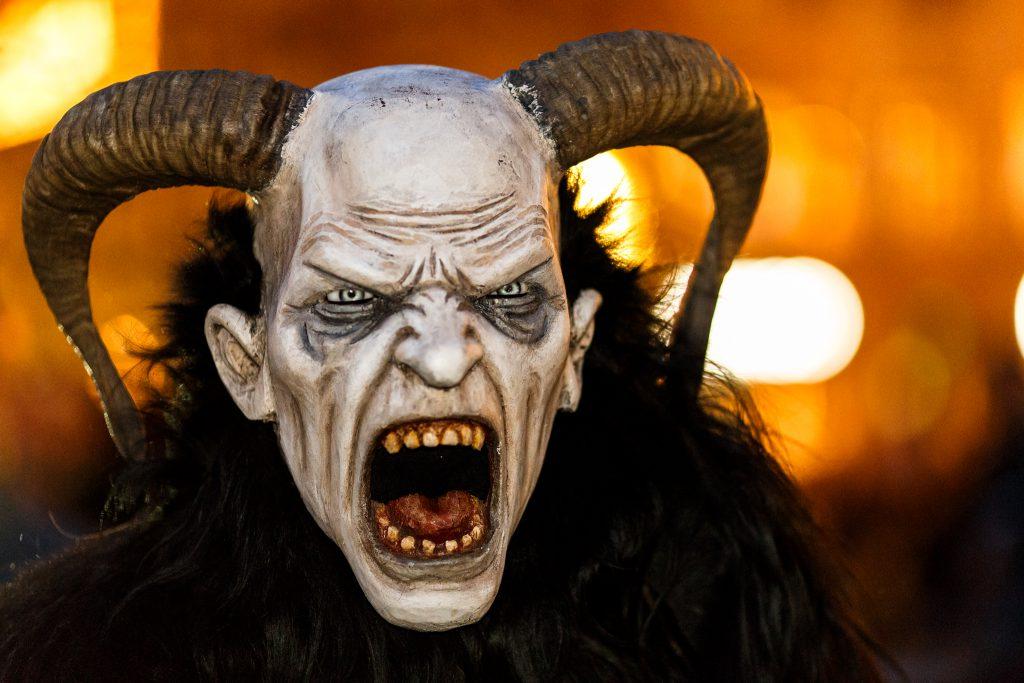 El Krampus, el malvado hermano de Papa Noel que vive por la zona de Austria y aterra la Navidad.