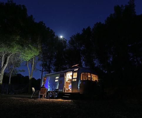 Glamping en Málaga, donde podremos disfrutar de una decoración vintage en una caravana con todo tipo de lujos en mitad de la naturaleza