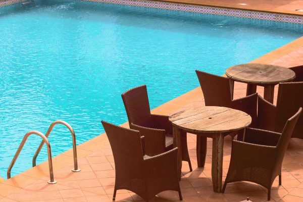 terraza verano piscina