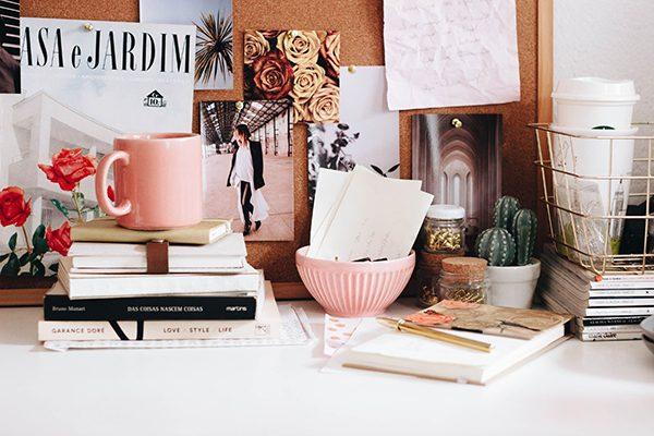 Ordenar escritorio lleno de objetos