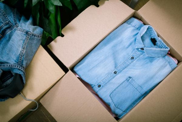 Embalar ropa en una mudanza